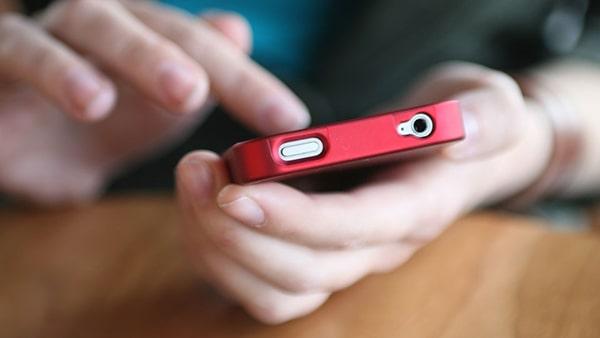 Giữ khư khư điện thoại là dấu hiệu chàng đang lừa dối bạn