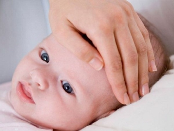 Cần lưu ý gì khi chăm sóc trẻ sơ sinh bị sốt tại nhà?