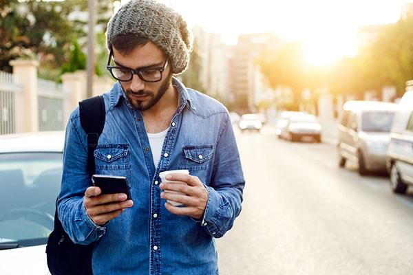 Luôn chúi mặt vào những cuộc trò chuyện trên mạng xã hội
