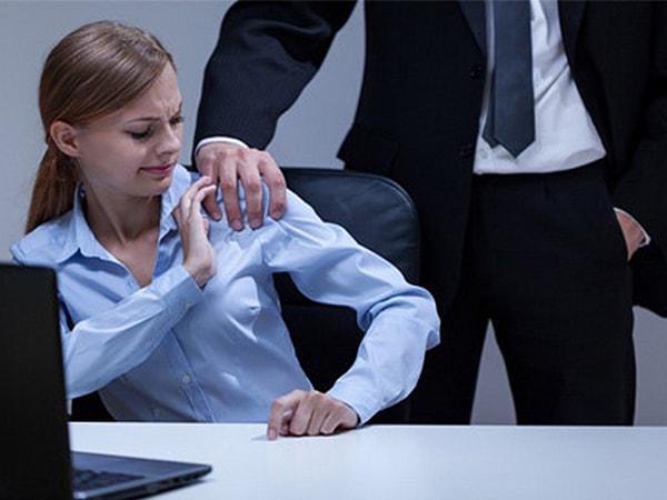 Nên làm gì khi bị sếp đã có vợ tán tỉnh?
