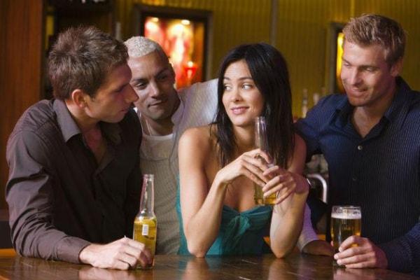 Đàn ông đã có gia đình tán tỉnh phụ nữ giống như một thú vui mới mẻ
