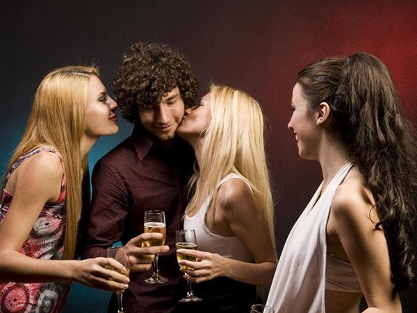 Vì sao đàn ông đã có gia đình vẫn thích tán tỉnh những người phụ nữ khác?