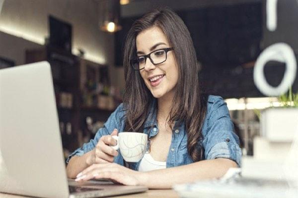 Hãy tìm sự hấp dẫn trong công việc thay vì chăm chăm để ý đồng nghiệp