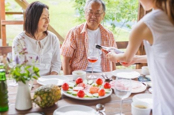 Cư xử đúng mực sẽ giúp bạn trở nên duyên dáng, lịch sự hơn trong mắt gia đình chồng tương lai