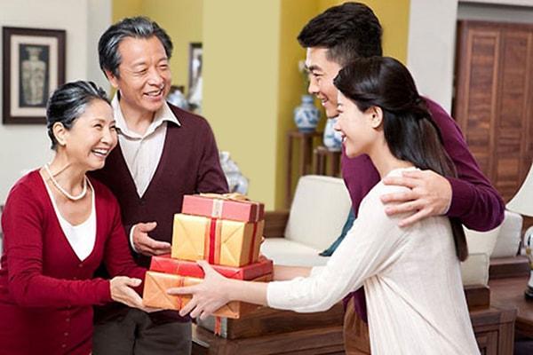 Món quà chính là cách bạn thể hiện sự quan tâm và lịch sự khi lần đầu ra mắt bố mẹ chàng