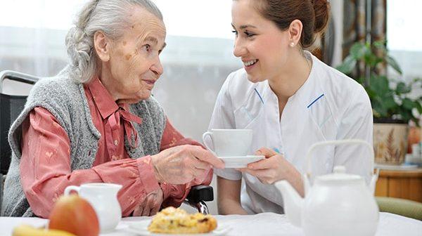 8 bí quyết giúp bạn tạo thiện cảm với người lớn tuổi