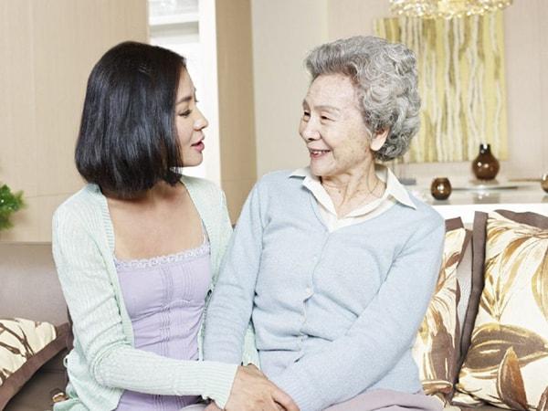 Nên lắng nghe và thể hiện sự quan tâm đối với những câu chuyện của người lớn tuổi