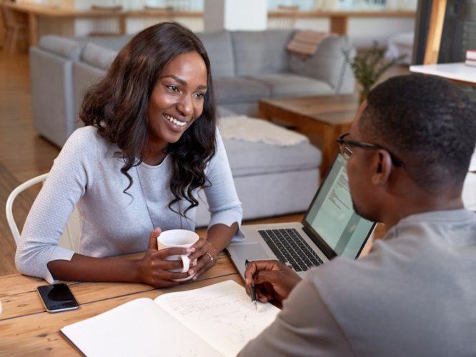 Hành động thân mật với đồng nghiệp khác giới khiến người yêu lo lắng