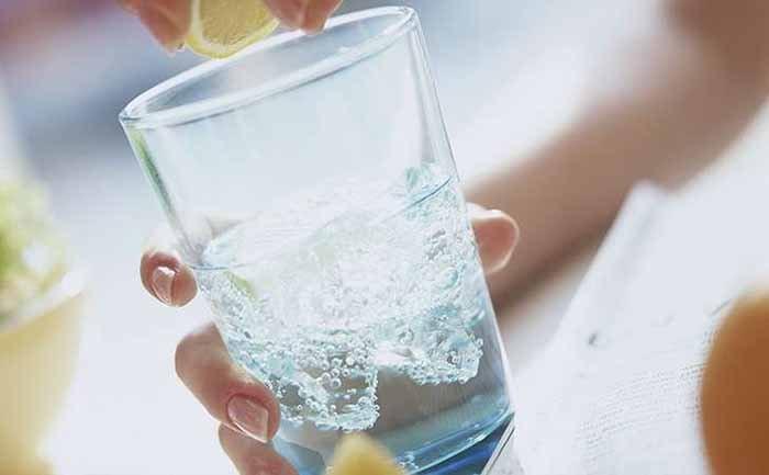 Một cốc nước mát sẽ giúp cơn thèm thuốc giảm đi